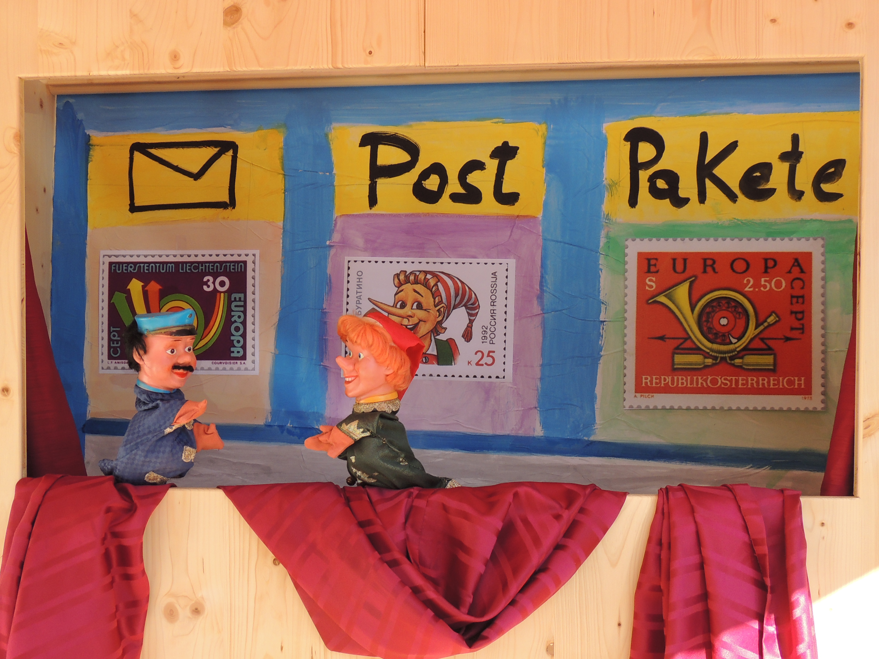 Kasperle versucht einen Brief aufzugeben